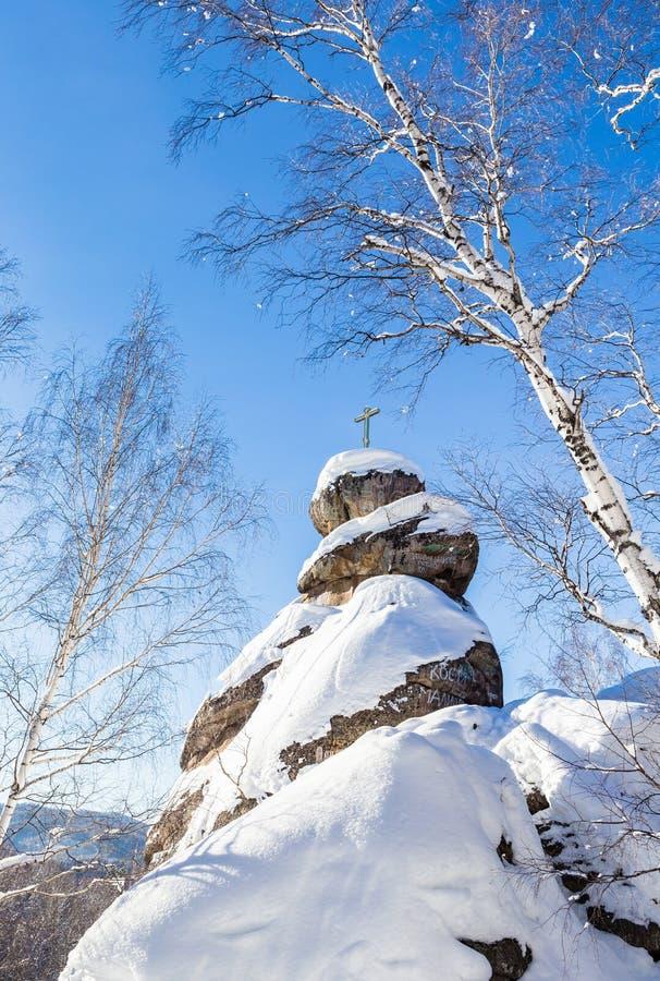 Ένας βράχος με έναν ορθόδοξο σταυρό Εκκλησία βουνών στοκ φωτογραφίες