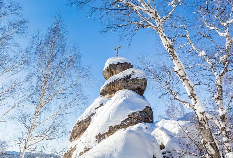 Ένας βράχος με έναν ορθόδοξο σταυρό Εκκλησία βουνών στοκ φωτογραφίες με δικαίωμα ελεύθερης χρήσης