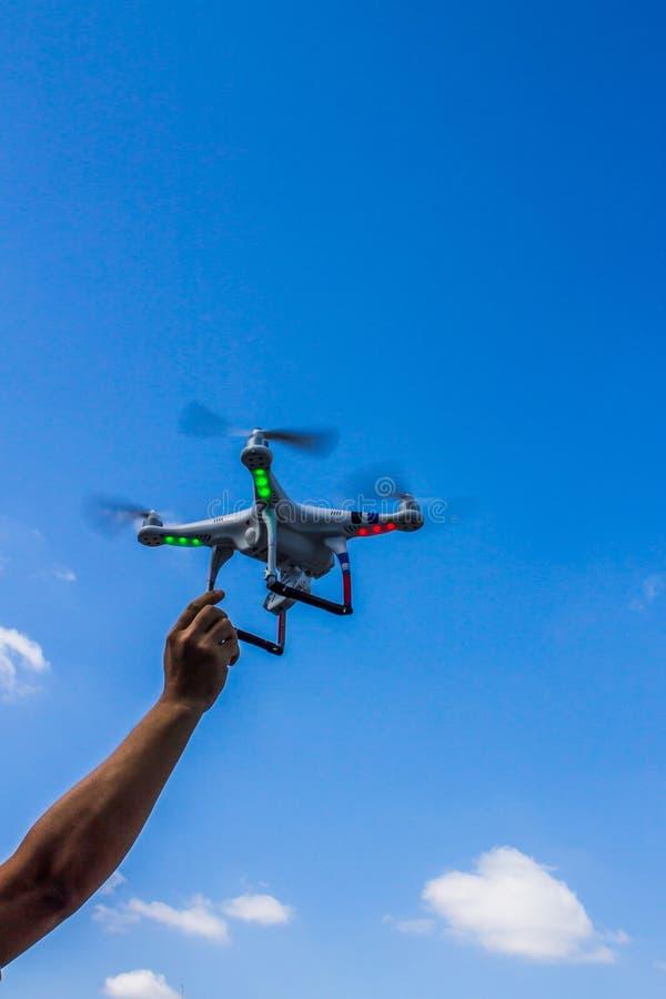 Ένας βραχίονας σχετικά με το πετώντας τετράγωνο copter στοκ φωτογραφία