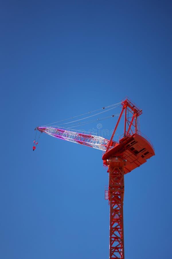 Ένας γιγαντιαίος κόκκινος γερανός αναρρίχησης με το υπόβαθρο μπλε ουρανού στοκ φωτογραφίες