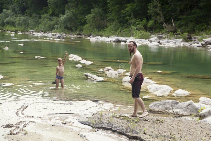 Ένας γιος και ένας πατέρας στον ποταμό στοκ εικόνες με δικαίωμα ελεύθερης χρήσης