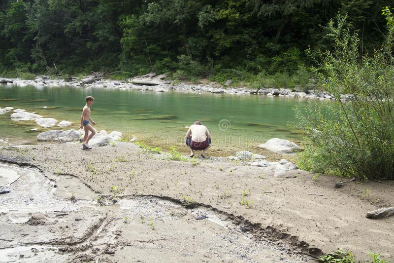 Ένας γιος και ένας πατέρας στον ποταμό στοκ φωτογραφίες