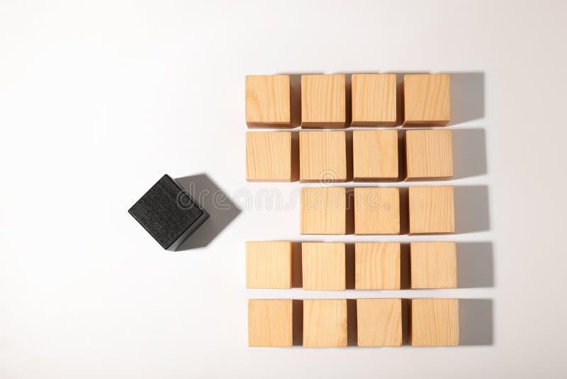 Ένας διαφορετικός κύβος που ξεχωρίζει από άλλους στο άσπρο υπόβαθρο στοκ εικόνες με δικαίωμα ελεύθερης χρήσης