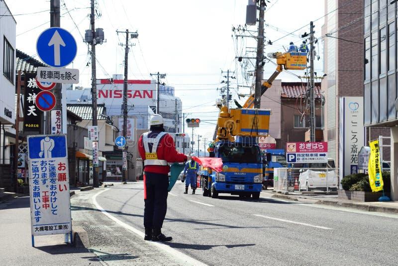 Ένας διοικητής κατευθύνει την κυκλοφορία για την επισκευή του δρόμου στην πόλη του Φουκουσίμα, Ιαπωνία στοκ φωτογραφία με δικαίωμα ελεύθερης χρήσης