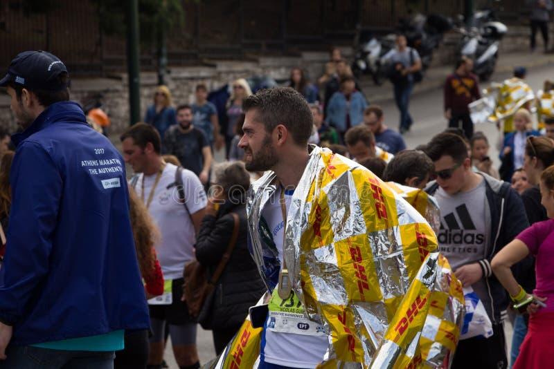 Ένας δρομέας μαραθωνίου μετά από να τελειώσει την αυθεντική φυλή της Αθήνας στοκ φωτογραφία με δικαίωμα ελεύθερης χρήσης