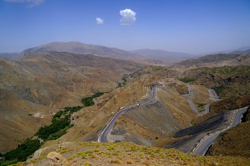 Ένας δρόμος διασχίζει τη δύσκολη έρημο των βουνών ατλάντων στο Μαρόκο στοκ φωτογραφία με δικαίωμα ελεύθερης χρήσης
