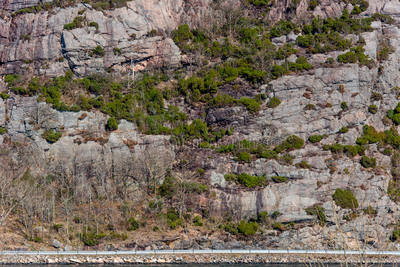 Ένας δρόμος θαλασσίως κάτω από ένα μεγάλο βουνό στοκ φωτογραφία με δικαίωμα ελεύθερης χρήσης