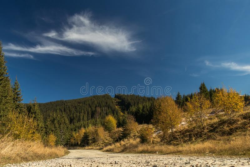 Ένας δρόμος και λόφοι dusti στοκ φωτογραφία