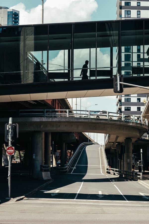 Ένας δρόμος που διασχίζει τη γέφυρα στοκ φωτογραφία