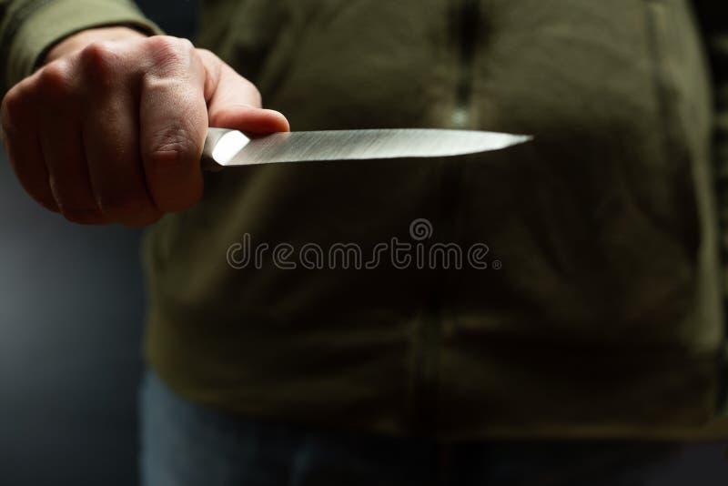 Ένας εγκληματίας με ένα όπλο μαχαιριών απειλεί να σκοτώσει Εγκληματικότητα, έγκλημα, κακοποιός ληστείας στοκ εικόνα με δικαίωμα ελεύθερης χρήσης