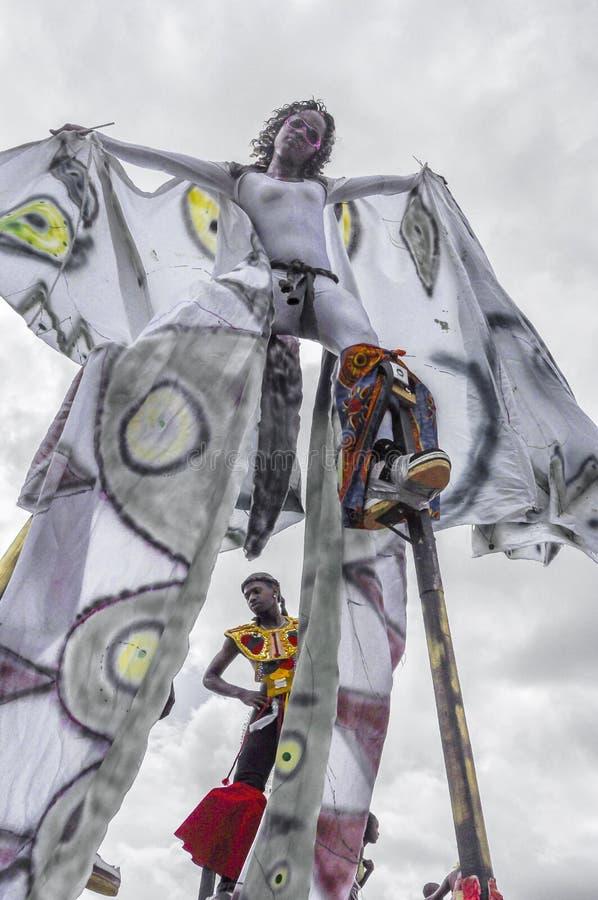 Ένας ειδικευμένος θηλυκός ξυλοπόδαρο-περιπατητής θερμαίνει για τον ανταγωνισμό στη σαβάνα πάρκων βασίλισσας ` s στο λιμένα - - Ισ στοκ φωτογραφίες με δικαίωμα ελεύθερης χρήσης