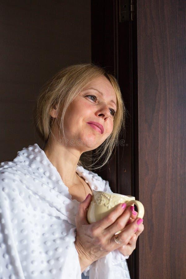 Ένας ενεργός ανώτερος καφές κατανάλωσης γυναικών στο σπίτι στοκ φωτογραφία με δικαίωμα ελεύθερης χρήσης