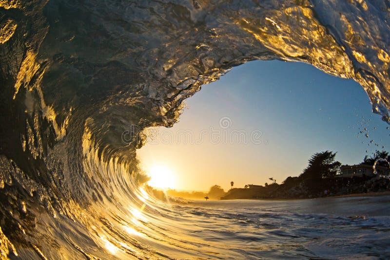Ένας ενιαίος ωκεάνιος σωλήνας κυμάτων στο ηλιοβασίλεμα στην παραλία στοκ εικόνα