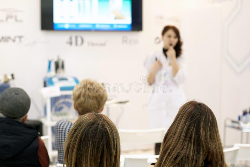 Ένας επαγγελματικός δάσκαλος cosmetologist εκπαιδεύει μια ομάδα σπουδαστών στοκ φωτογραφία με δικαίωμα ελεύθερης χρήσης