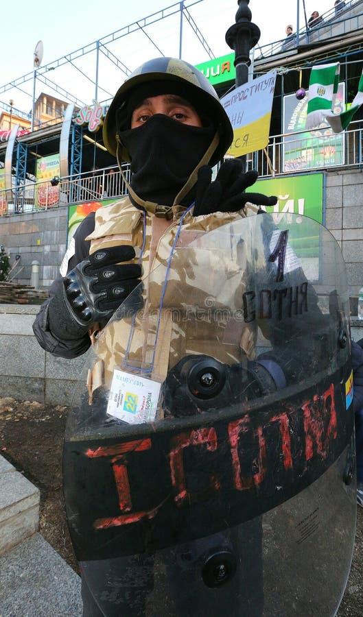 Ένας επαναστατικός σε μια μάσκα με μια ασπίδα και ένα κράνος στοκ φωτογραφίες με δικαίωμα ελεύθερης χρήσης