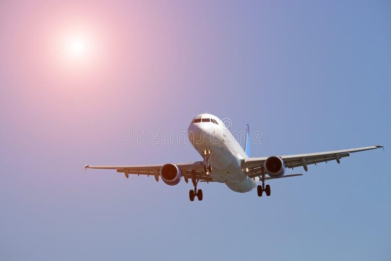 Ένας επιβάτης αεροπλάνου πετά σε έναν μπλε ουρανό στοκ φωτογραφίες