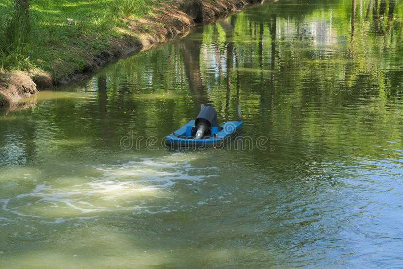 Ένας επιπλέων μετακινούμενος νερού, για να αποφύγει την αναπαραγωγή στασιμότητας και κουνουπιών νερού, στις περιβάλλουσες υδάτινε στοκ εικόνα με δικαίωμα ελεύθερης χρήσης