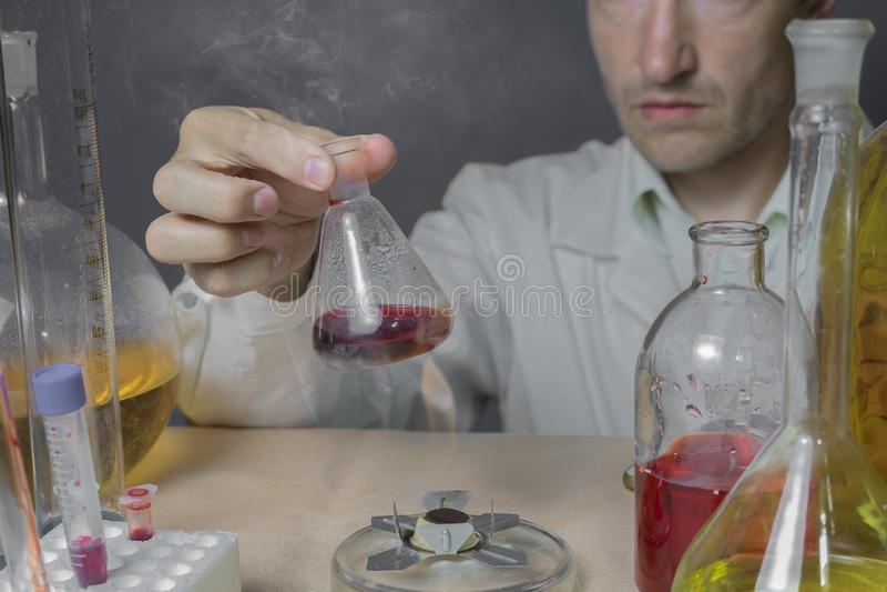 Ένας επιστήμονας κάνει τη χημική έρευνα εργαστηρίων του στοκ φωτογραφίες