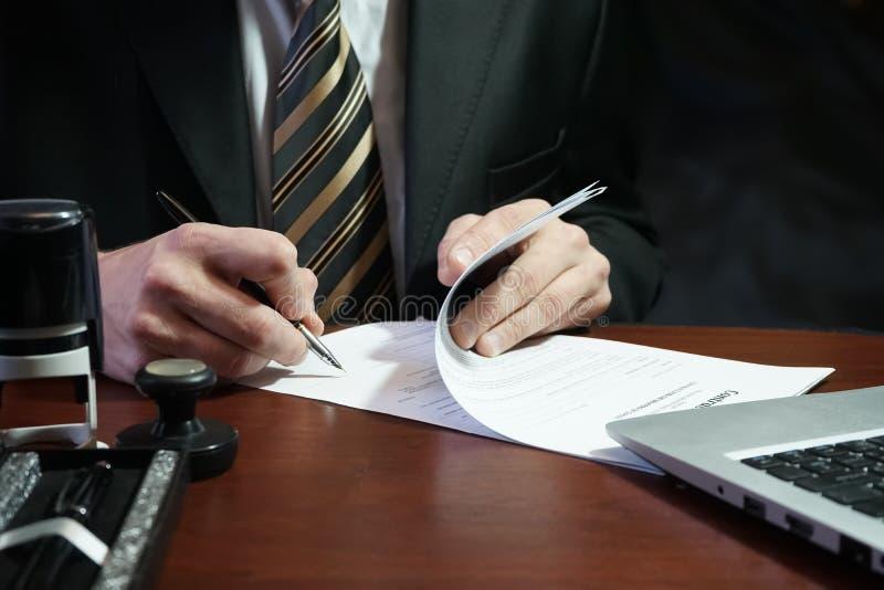 Ένας επιχειρηματίας βάζει την υπογραφή του στη σύμβαση στοκ φωτογραφία