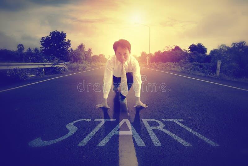 Ένας επιχειρηματίας είναι αποφασισμένος να αρχίσει στο δρόμο στοκ εικόνα με δικαίωμα ελεύθερης χρήσης