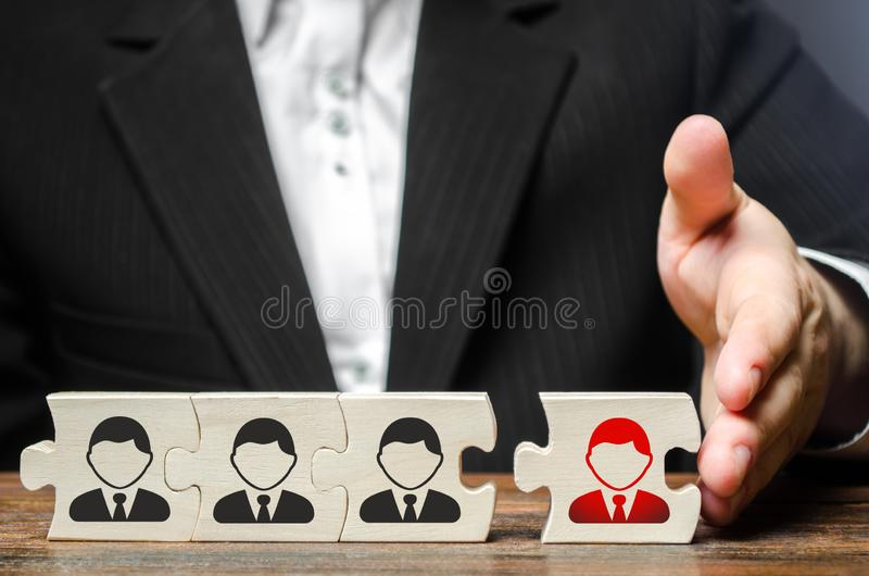 Ένας επιχειρηματίας ενώνει έναν νέο υπάλληλο στην ομάδα ως ηγέτη του Συνέλευση της νέας επιχειρησιακής ομάδας για το πρόγραμμα στοκ εικόνες