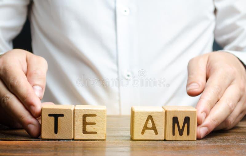 Ένας επιχειρηματίας ενώνει μαζί δύο μέρη της ομάδας λέξης Διεύθυνση Προσωπικού, η οργάνωση και η δημιουργία των ομαδών εργασίας στοκ εικόνες