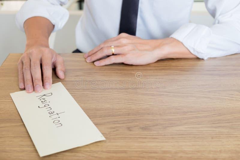 Ένας επιχειρηματίας που δίνει και που στέλνει σε μια επιστολή φακέλων σε έναν ξύλινο πίνακα στον προϊστάμενό του, αλλαγή της εργα στοκ εικόνες με δικαίωμα ελεύθερης χρήσης