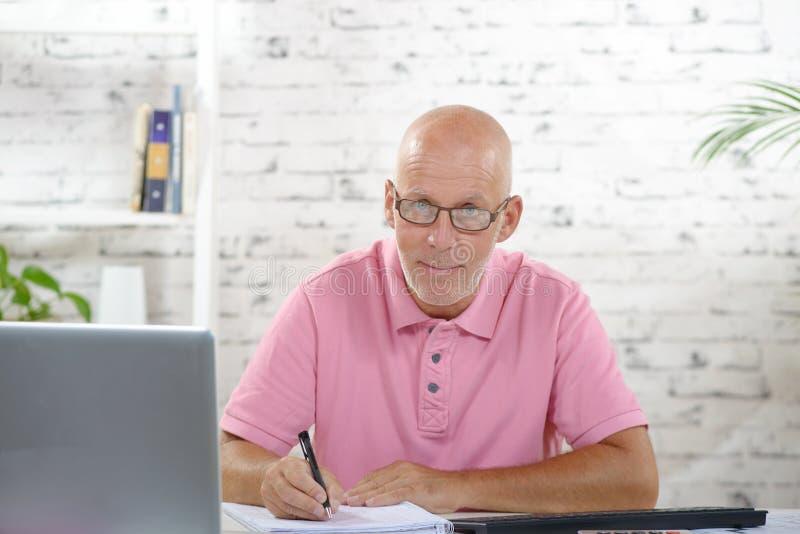 Ένας επιχειρηματίας που εργάζεται στο γραφείο του στοκ εικόνα