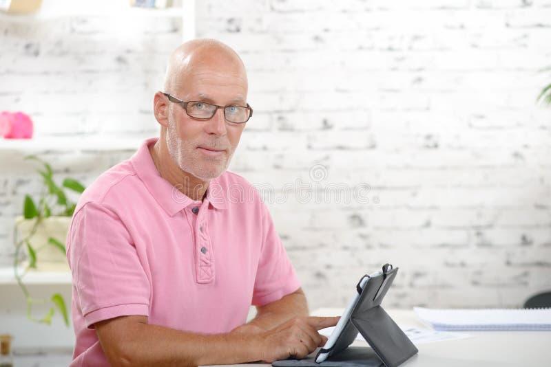Ένας επιχειρηματίας φαίνεται μια ψηφιακή ταμπλέτα στοκ εικόνες με δικαίωμα ελεύθερης χρήσης