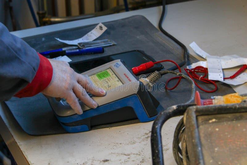 Ένας εργαζόμενος που ελέγχει τα υλικά στοκ φωτογραφία
