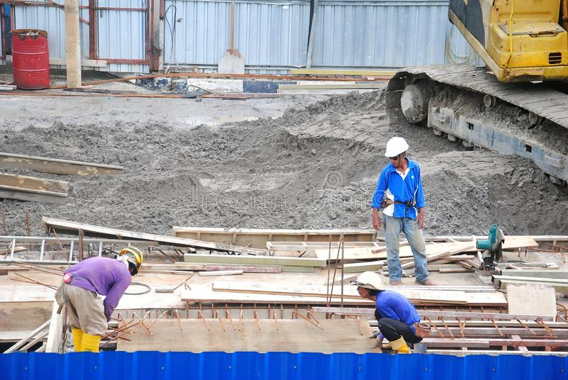 Ένας εργαζόμενος στο εργοτάξιο οικοδομής στοκ εικόνες με δικαίωμα ελεύθερης χρήσης