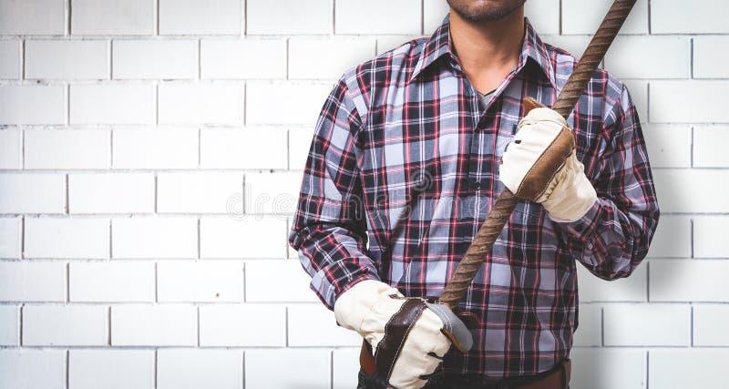 Ένας εργαζόμενος χτίζει έναν τουβλότοιχο στοκ φωτογραφία με δικαίωμα ελεύθερης χρήσης