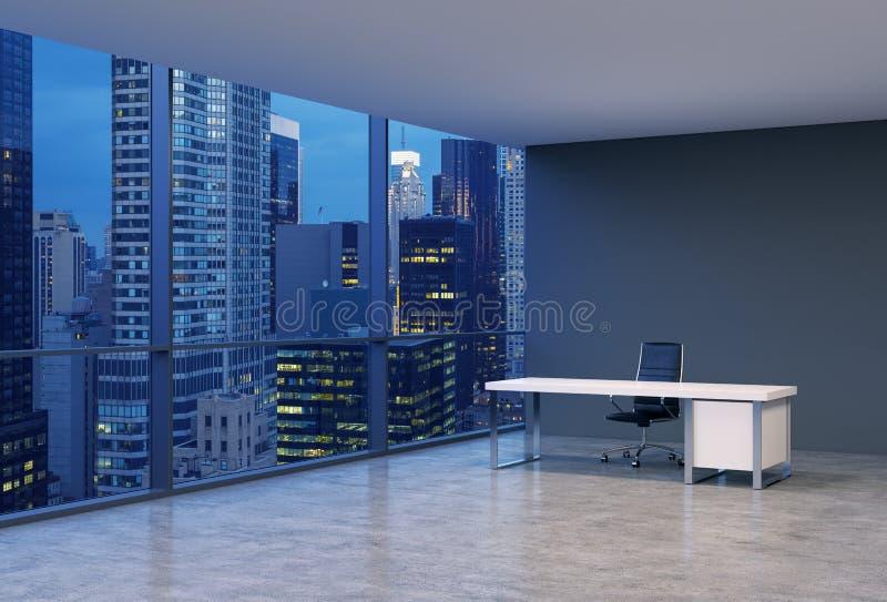 Ένας εργασιακός χώρος σε ένα σύγχρονο πανοραμικό γραφείο γωνιών με την άποψη βραδιού της Νέας Υόρκης Μια μαύρη καρέκλα δέρματος κ ελεύθερη απεικόνιση δικαιώματος