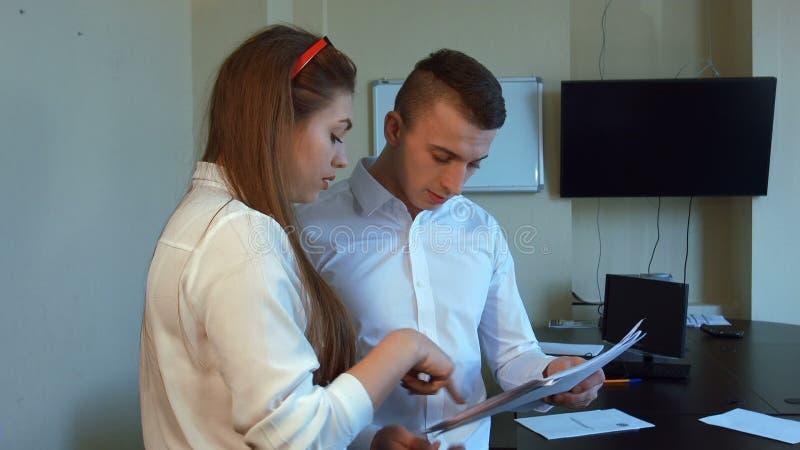 Ένας ελκυστικοί νέοι επιχειρηματίας και μια επιχειρηματίας απόθεμα βίντεο