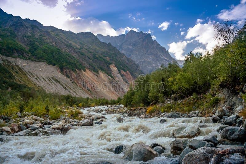Ένας ζωηρός ποταμός βουνών την άνοιξη Ο παγετώνας Chalaadi Sva στοκ εικόνες