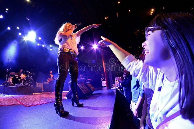 Ένας θαυμαστής απολαμβάνει με τη συναυλία της Amaia Montero (ζώνη) στοκ φωτογραφία με δικαίωμα ελεύθερης χρήσης