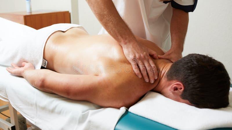 Ένας θεράπων μασάζ κάνει μια υγεία θεραπείας ατόμων massage spa στοκ φωτογραφία με δικαίωμα ελεύθερης χρήσης