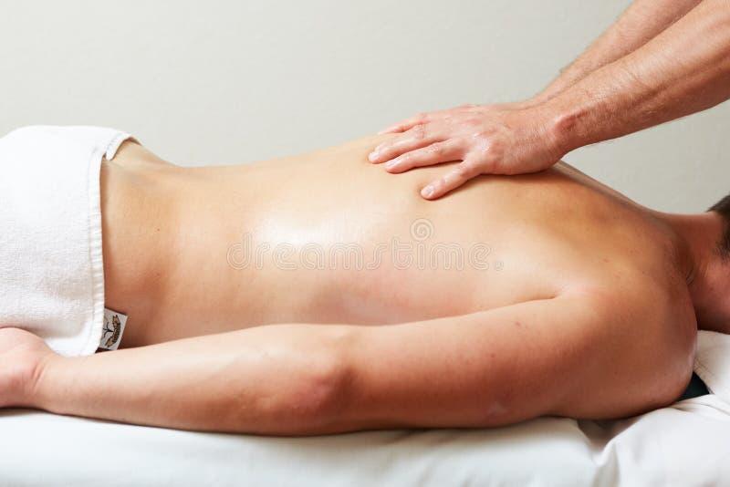 Ένας θεράπων μασάζ κάνει μια υγεία θεραπείας ατόμων massage spa στοκ εικόνα