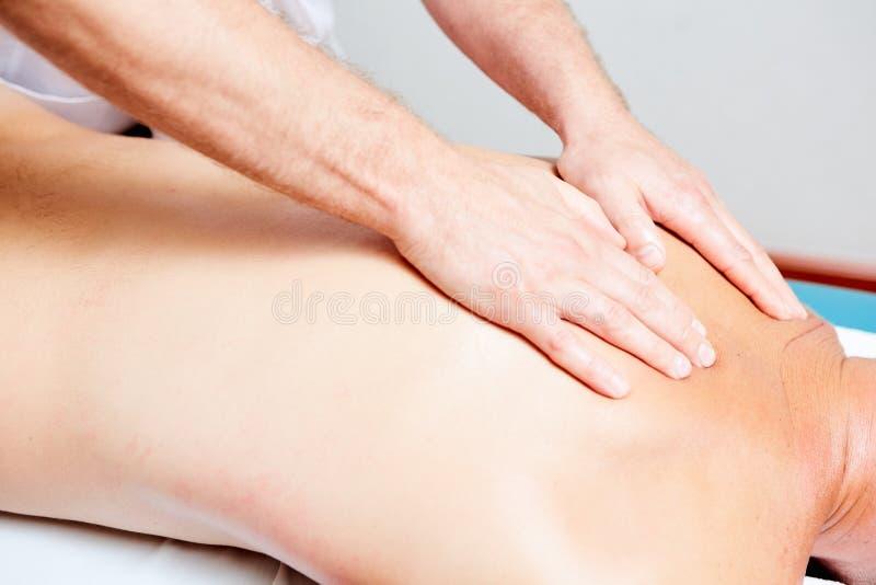 Ένας θεράπων μασάζ κάνει μια υγεία θεραπείας ατόμων massage spa στοκ εικόνες με δικαίωμα ελεύθερης χρήσης