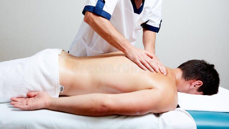 Ένας θεράπων μασάζ κάνει μια υγεία θεραπείας ατόμων massage spa στοκ εικόνες