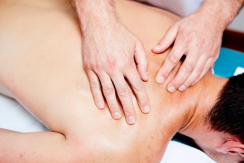 Ένας θεράπων μασάζ κάνει μια υγεία θεραπείας ατόμων massage spa στοκ φωτογραφία
