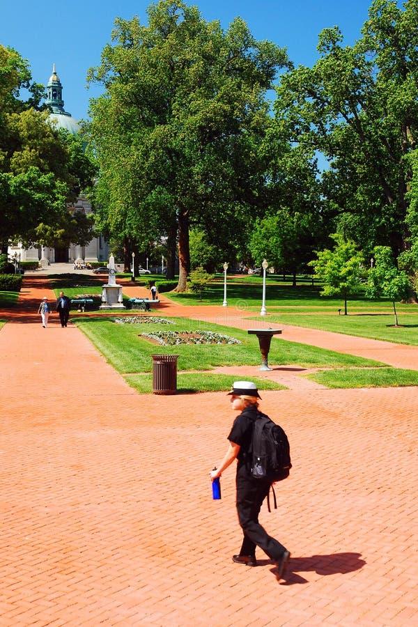 Ένας θηλυκός μαθητής στρατιωτικής σχολής στην αμερικανική Ναυτική Ακαδημία, Annapolis στοκ φωτογραφία με δικαίωμα ελεύθερης χρήσης