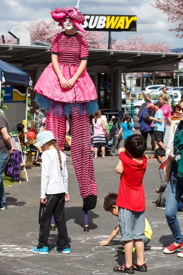 Ένας θηλυκός περιπατητής ξυλοποδάρων με ένα πλήθος των παιδιών στοκ εικόνα
