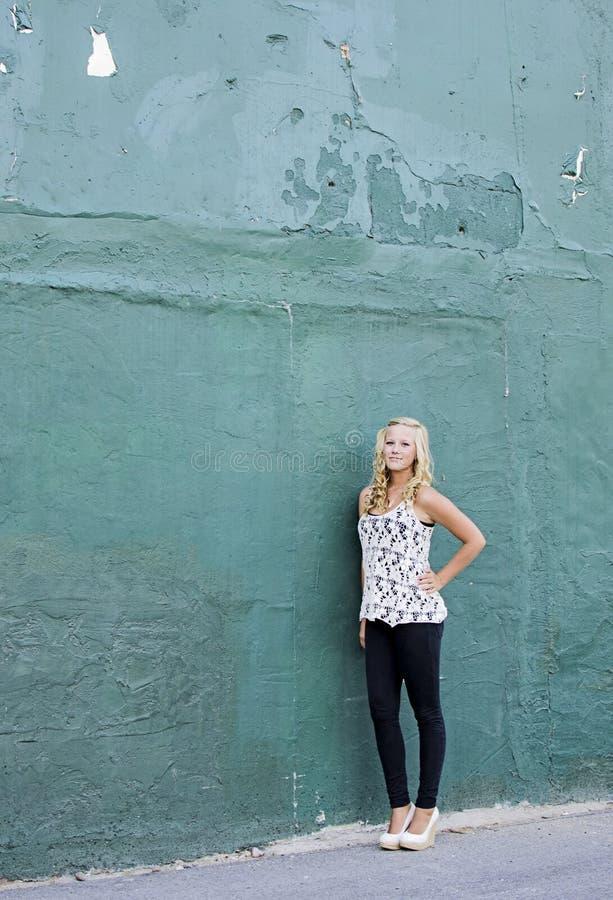 Ένας θηλυκός ανώτερος βλαστός πορτρέτου από ένα πράσινο κτήριο στοκ εικόνες με δικαίωμα ελεύθερης χρήσης