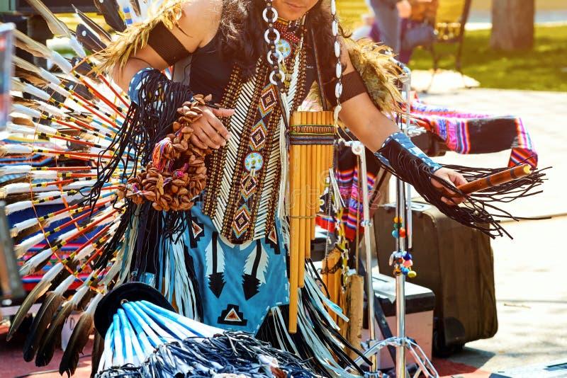 Ένας Ινδός από τη Νότια Αμερική χορεύει σε ένα εθνικό κοστούμι με το φ στοκ φωτογραφία