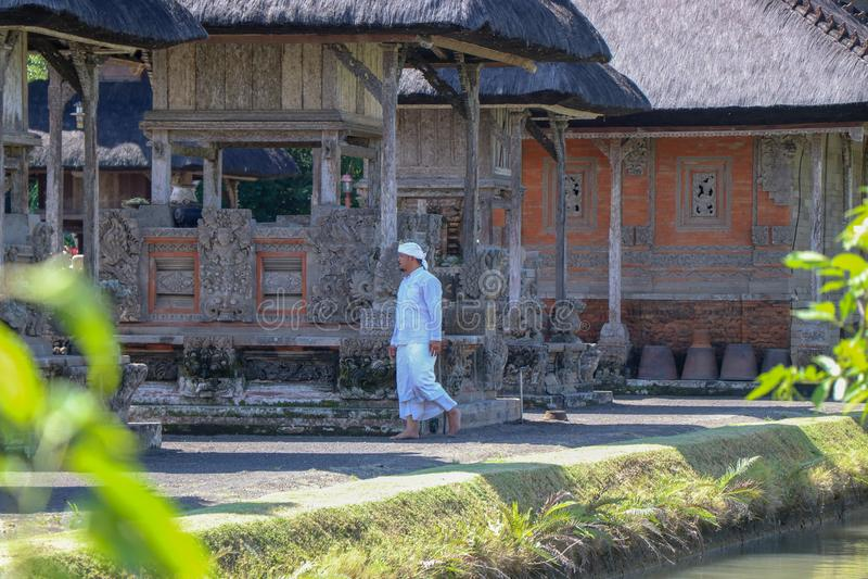 Ένας ινδός ιερέας προετοιμάζει το τελετουργικό στο ναό Taman Ayun στο Μπαλί στοκ εικόνα