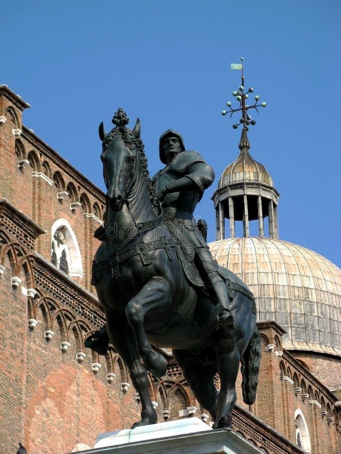 Ένας ιππότης στην πλάτη αλόγου, άγαλμα στη Βενετία στοκ εικόνες με δικαίωμα ελεύθερης χρήσης
