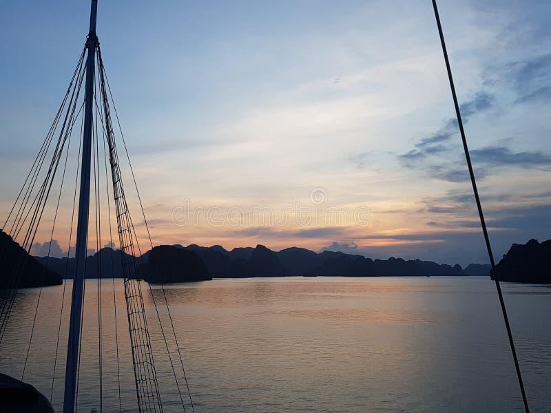 Ένας ιστός σκαφών ` s ενάντια σε ένα ηλιοβασίλεμα στοκ φωτογραφίες