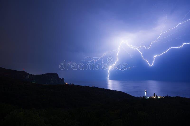 Ένας ισχυρός κεραυνός πάνω από τη μαύρη θάλασσα στοκ εικόνες