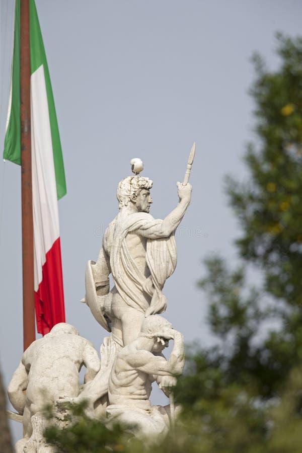 Ένας κίτρινος-με πόδια γλάρος εσκαρφάλωσε σε ένα από τα γλυπτά του Hill Capitoline στο κέντρο της πόλης της Ρώμης στοκ φωτογραφίες